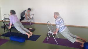 Yoga pour les seniors yoga la buisse for Chaise yoga iyengar