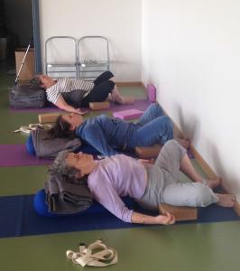 gym douce et yoga sur une chaise les maxi pratiques