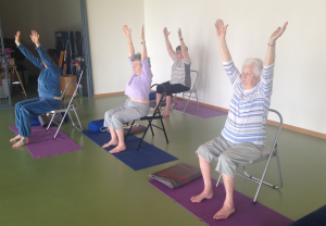 Seniors yoga petits pas for Chaise yoga iyengar
